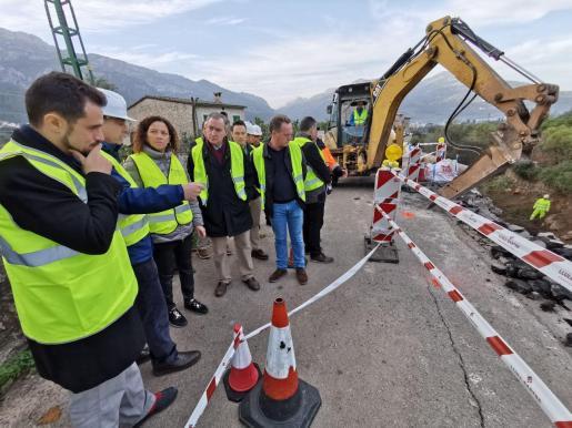 Trabajos en la zona afectada por un desprendimiento en la carretera Sóller-Fornalutx.