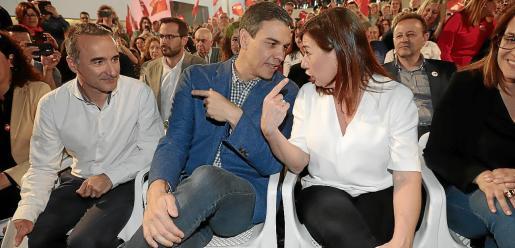 Pedro Sánchez y Francina Armengol conversan durante un mitin de 2019. A la izquierda, el diputado Pere Joan Pons.
