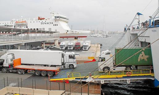 Por el puerto de Palma pasan cada año más de 400.000 camiones que transportan mercancías desde la Península. El impacto económico del incremento de los fletes marítimos, que llegan hasta un 20 %, afecta de lleno a la cuenta de resultados de los transportistas.