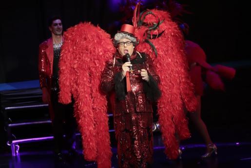 Madò Pereta dio la bienvenida al año sobre el escenario cargada de plumas y lentejuelas.