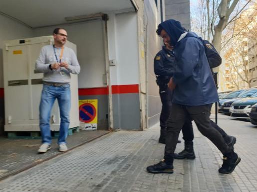 Imagen de uno de los inmigrantes, llegando a la Jefatura de la Policía Nacional.