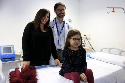 Íria con su madre Judith y el doctor Antonio Román.