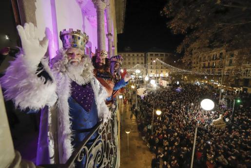 Imagen de archivo de la Cabalgata del año pasado, donde los Reyes Magos saludan desde el balcón.