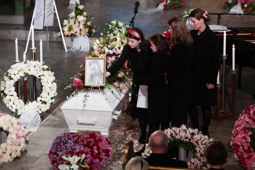 Oslo (Norway), 03/01/2020.- Norway's Princess Martha Louise (R) and her daughters Emma Tallulah Behn, Leah Isadora Behn and Maud Angelica Behn place flowers on the coffin of Ari Behn, the ex-husband of Princess Martha Louise, during the funeral, at the Oslo Cathedral, in Oslo, Norway, 03 January 2020. The Norwegian author, playwright, and visual artist Behn died at the age 47 on 25 December 2019. (Noruega) EFE/EPA/Hakon Mosvold Larsen / POOL NORWAY OUT Ari Behn funeral