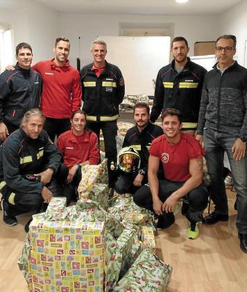 Una decena de bomberos de Mallorca cargados de regalos para 60 menores tutelados por el Institut Mallorquí d'Afers Socials.
