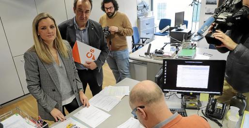 Los diputados de Ciudadanos Patricia Guasp y Juan Manuel Gómez, en el registro del Parlament.