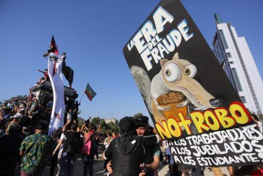 Miles de manifestantes se reúnen en la Plaza Italia en una nueva jornada de protestas contra el Gobierno del presidente chileno, Sebastián Piñera.