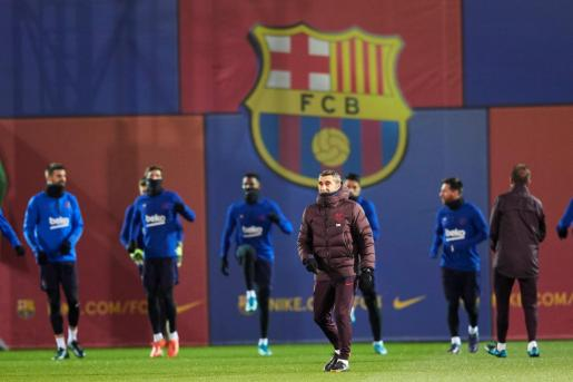 El entrenador del FC Barcelona, Ernesto Valverde, durante el entrenamiento del equipo azulgrana previo al derbi barcelonés.