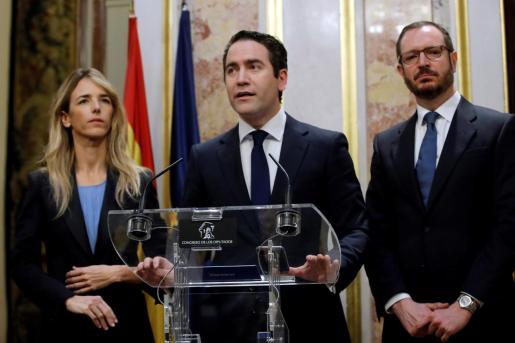 El secretario general del Partido Popular, Teodoro Garcia Egea, acompñado de Cayetana Álvarez de Toledo y Javier Maroto, durante su comparecencia ante los medios para valorar el discurso de Pedro Sánchez.