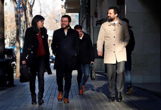 La portavoz y secretaria general adjunta de ERC, Marta Vilalta, el vicepresidente del la Generalitat, Pere Aragonés, y el presidente del parlamento de Cataluña.Roger Torrent, a su llegada a la sede de ERC