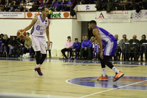 El base del B the travel brand Mallorca Palma Álex Hernández bota el balón ante un rival en el partido disputado este sábado ante el Almansa.