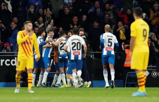 Los jugadores del Espanyol celebran el tanto de Wu Lei que ha supuesto el empate de los locales ante el Barcelona en el derbi disputado en Cornellà-El Prat.