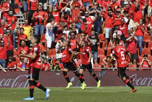 El jugador del Real Mallorca Salva Sevilla celebra un gol en Son Moix en la victoria ante el Espanyol.