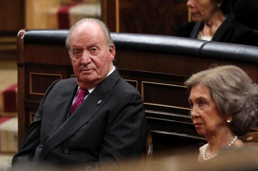 Fotografía de archivo del Rey emérito Juan Carlos, junto a la Reina emérita Sofía, en el hemiciclo del Congreso de los Diputados.