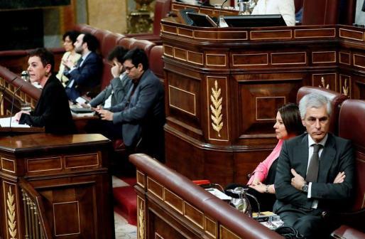El miembro de la mesa del Congreso, Adolfo Suárez Illana, del PP, se gira en su escaño, durante la intervención de la portavoz de EH Bildu en el Congreso, Mertxe Aizpurua, en la segunda jornada del debate de investidura de Pedro Sánchez.