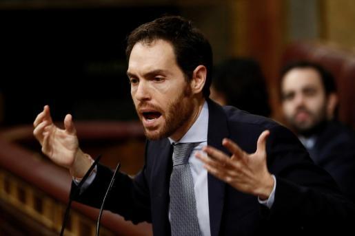 El diputado de Navarra Suma,Sergio Sayas, durante su intervención en la segunda jornada del debate de su investidura como presidente del Gobierno este domingo en el Congreso de los Diputados.