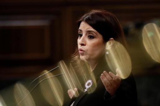 Adriana Lastra, portavoz del PSOE, en la tribuna de oradores.