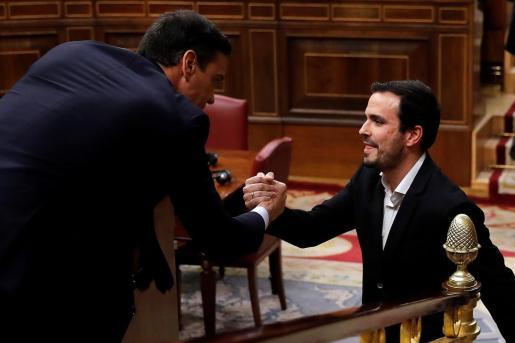 El coordinador de Izquierda Unida, Alberto Garzón, saluda a Pedro Sánchez.