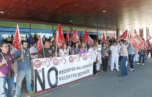 Trabajadores del Hospital Comarcal d'Inca protestando contra los recortes.