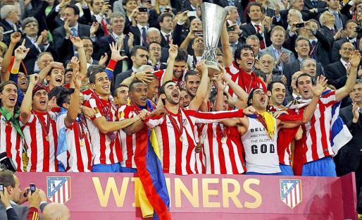Los jugadores del Atlético de Madrid celebran la victoria en la final de la Europa League tras imponerse con dos goles de Falcao y otro de Diego al Athletic Club de Bilbao en el estadio Nacional de Bucarest.