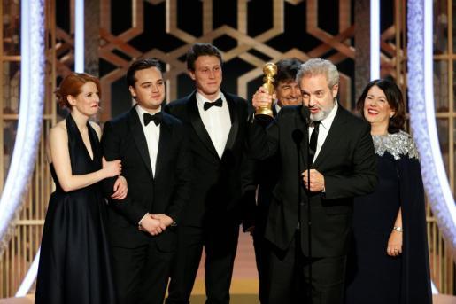 Sam Mendes junto al elenco, recogiendo el premio.