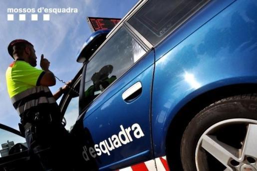 Los Mossos d'Esquadra se han desplazado, junto a la Policía Local de Esplugues, a la vivienda, donde han detenido al supuesto autor del doble crimen.