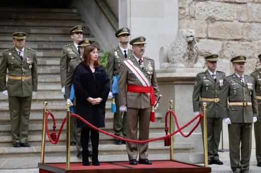 Francina Armengol junto al comandante general de Baleares, durante la Pascua Militar.