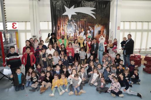 Fotografía de grupo de todos los niños que recibieron los regalos de mano de los Reyes Magos.