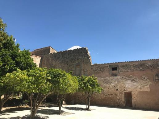 El antiguo convento de las monjas se encuentra sin tejado desde hace años. El proyecto prevé recuperar su antiguo volumen, consolidar la construcción y equiparla con las infraestructuras básicas de luz, agua y aislamiento térmico.