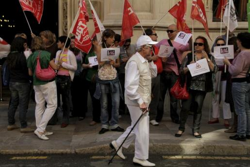 Un momento de la protesta frente al Consell de Mallorca.