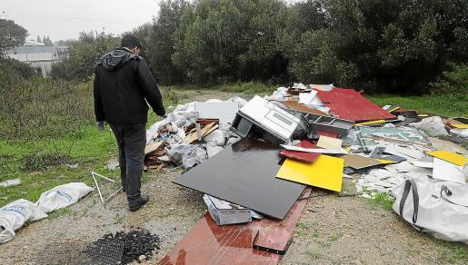 Los controladores ambientales revisando unos residuos abandonados.