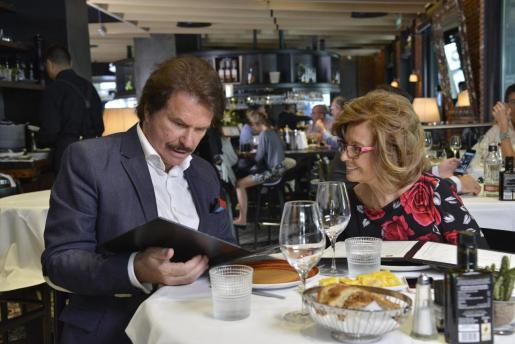 Edmundo 'Bigote' Arrocet y María Teresa Campos, en un buen momento de su relación.
