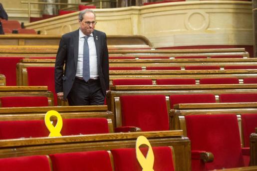 El presidente de la Generalitat Quim Torra abandona el hemiciclo tras el pleno extraordinario del Parlamento de Cataluña.