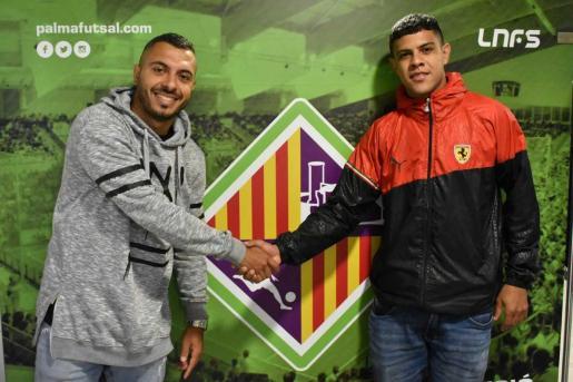 Allan Barreto y Rafael Vilela posan con el escudo del Palma Futsal.