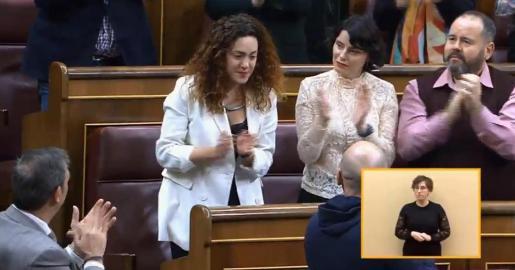 La diputada catalana, emocionada ante la muestra de afecto de la inmensa mayoría del hemiciclo.