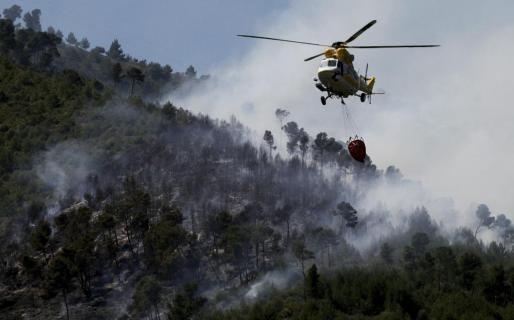 Medios aéreos han colaborado en la extinción del incendio.