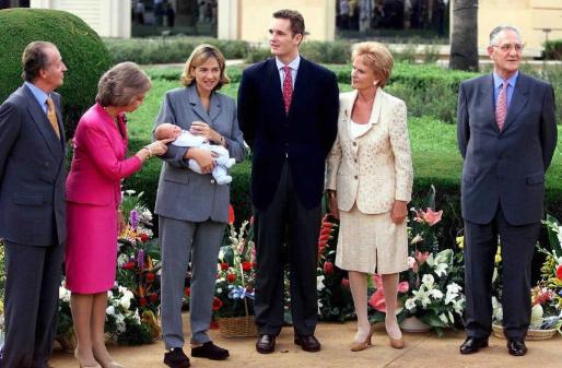 Los padres de Urdangarin, junto a los Reyes, el día en que se presentaba en sociedad el primogénito de los duques de Palma.