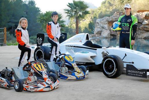 Luna, Lucas y Lorenzo Fluxá posan con sus karts y su Fórmula en el hotel LJs Ratxo Eco Luxury Retreat.
