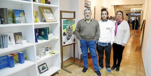 Andreu Carles Seguí, Leo Sapere y Pilar Esteve, ayer en Finis Africae, ubicada en la Plaza Fleming.