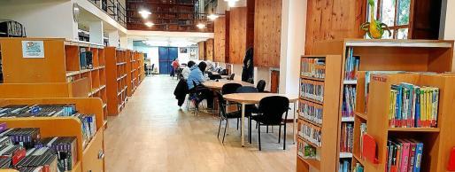 Imagen de la sala principal de la Biblioteca de Cultura Artesana tras su renovación.