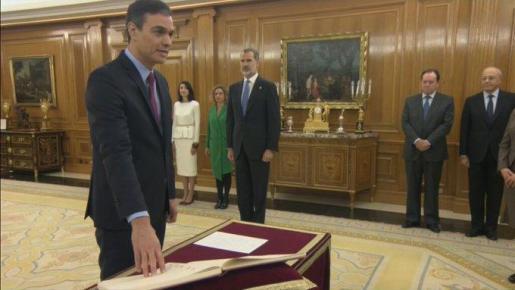 Pedro Sánchez promete su cargo ante el Rey.