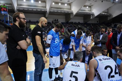Félix Alonso da instrucciones a sus jugadores durante un tiempo muerto.