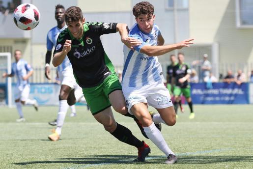 Samuel Shashoua (derecha) puja por un balón con un jugador del Racing de Santander.