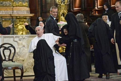 Imagen de archivo del Papa Francisco con monjas.