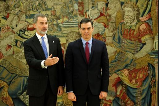 El presidente del gobierno Pedro Sánchez (d), y el rey Felipe VI, tras prometer su cargo en el Palacio de la Zarzuela en Madrid.