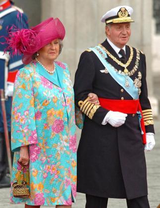 Fotografía de archivo (22/05/04), de la infanta Pilar de Borbón, junto a su hermano del rey Juan Carlos, en la boda de don Felipe y doña Letizia.