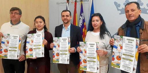 Carrió (centro) presentó los cursos con el director general Jaume Ribas; la secretaria de la Associació Xinesa Xialin; la representante de la asociación de inmigrantes, Tsvetana Vasileva, y el jefe de Dinámica Educativa, J. Quetglas.