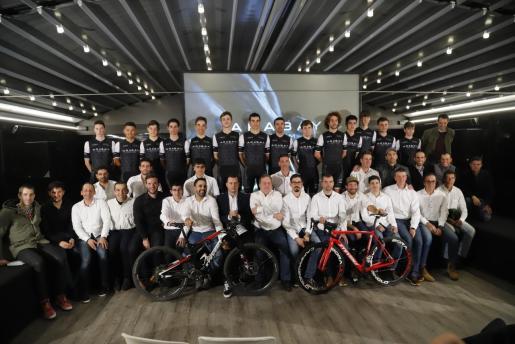 El plantel del Arabay Team 2020 posa durante su presentación oficial en el restaurante Es Cruce de Vilafranca.