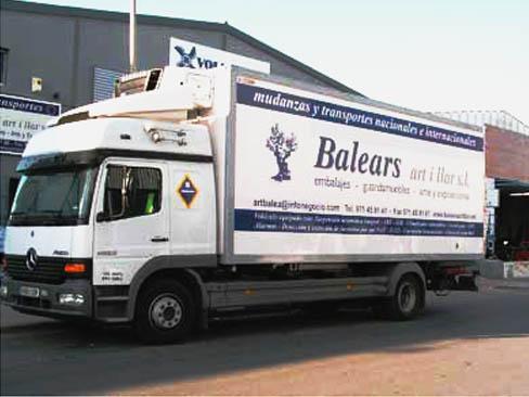 Uno de los trailers encargados de la mudanza.