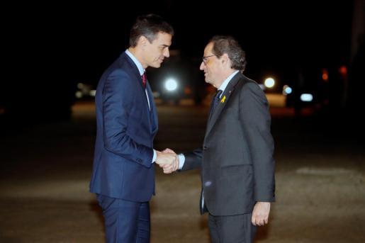 El presidente del Gobierno, Pedro Sánchez, saluda al presidente de la Generalitat, Quim Torra (d), en una imagen del pasado.